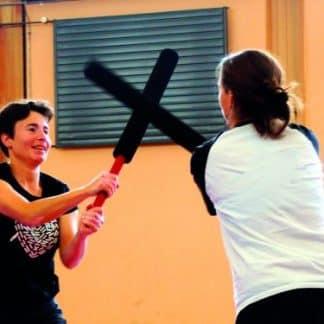 deux femmes se battent avec batte de kendo