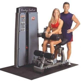 femme en brassière rouge un homme en t-shirt bleu une machine de musculation